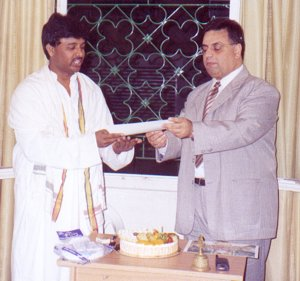 Mr. Salim Haddad offering the Center Award to Maharishi Vaidya Dr. Suresh Swarnapuri